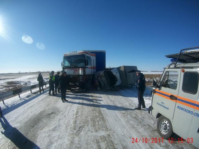 ВЧелябинской области фура столкнулась страктором иперевернула фургон