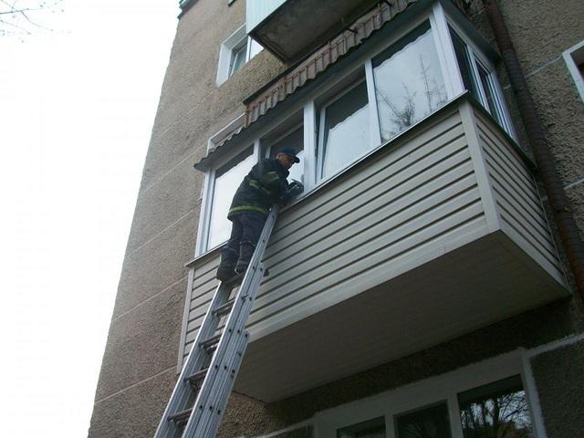 Челябинскую первоклассницу cотрудники экстренных служб сняли сподоконника напятом этаже