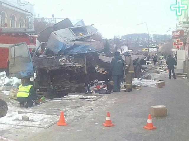 ВЧелябинской области грузовой автомобиль вылетел натротуар: двое погибли