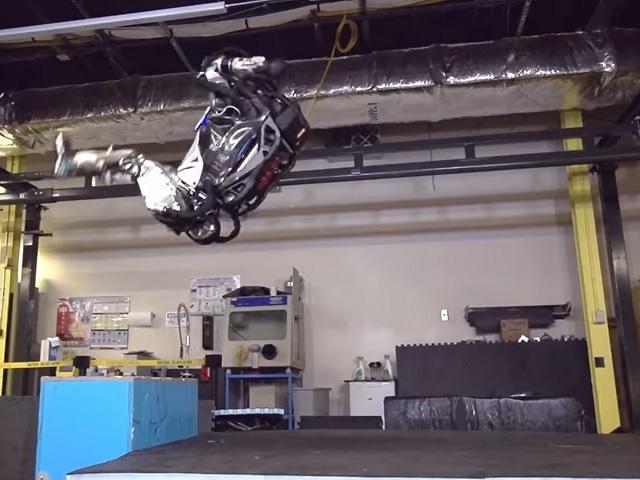 Человекоподобный робот уверенно делает сальто назад