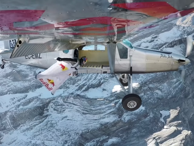 Видео дня: как попасть в летящий самолет, прыгнув с 4-километровой высоты