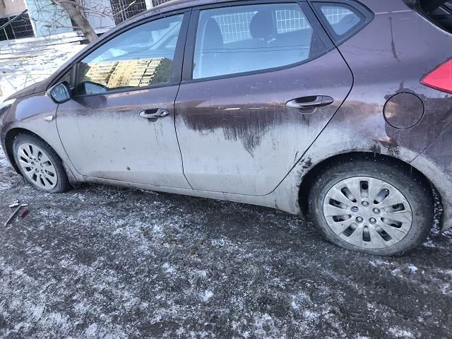 Более десяти автомобилей пострадали за одну ночь во дворе челябинской многоэтажки