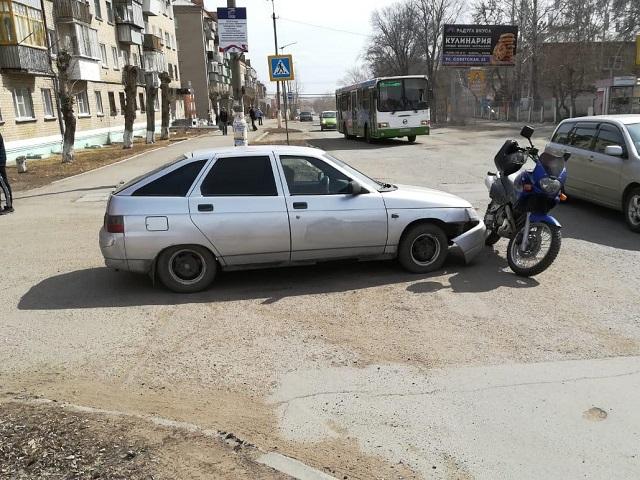 В Троицке 20-летняя девушка за рулем «двенадцатой» сбила мотоциклиста