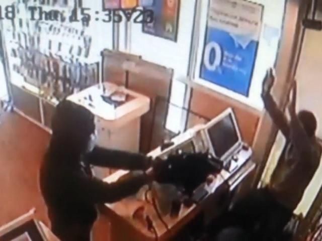 Челябинские полицейские разыскивают мужчину, похитившего 200 тысяч рублей из торгового павильона