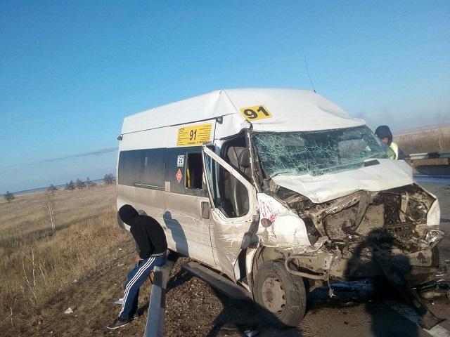 На Южном Урале водитель и двое пассажиров маршрутки пострадали в лобовом ДТП