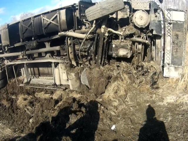 ВЧелябинской области «КамАЗ» опрокинулся вкювет