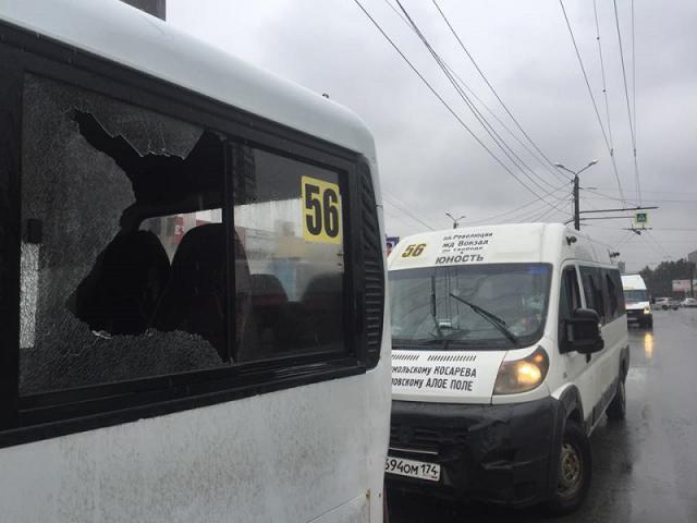 В Челябинске мужчина битой выбивал окна маршруткам на глазах у очевидцев