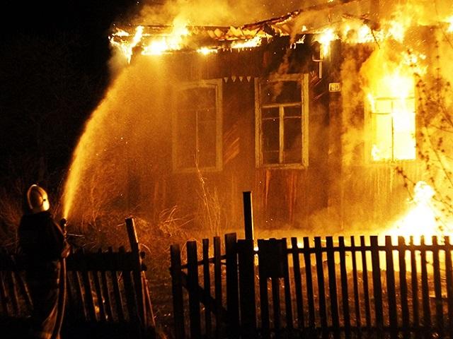 В Челябинской области 12 пожарных четыре часа тушили дом