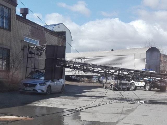 Разбитый автомобиль и поваленные щиты: последствия ветра на Южном Урале