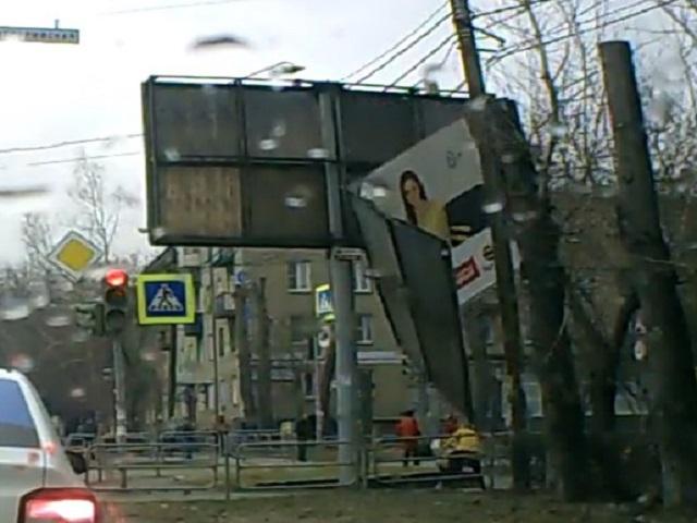 В Челябинске рекламный щит упал на женщину и ребенка. Видео