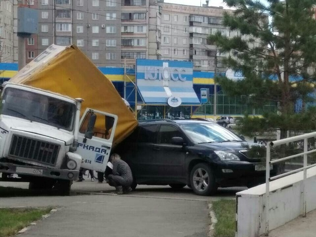 В Магнитогорске грузовик завалился на припаркованный «Лексус»