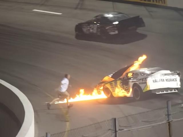 Видео дня: отец вытащил сына из горящего болида NASCAR быстрее спасателей