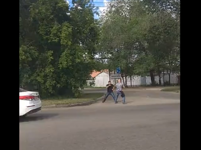 Драка между мотоциклистом и водителем автомобиля в Челябинской области попала на видео