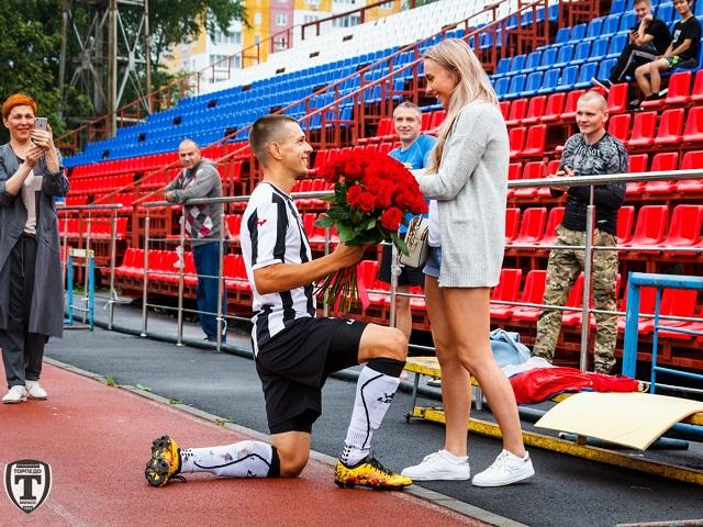 Южноуральский футболист сделал предложение возлюбленной сразу после забитого гола