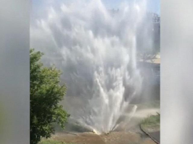 В Челябинске забил гигантский коммунальный фонтан (видео)