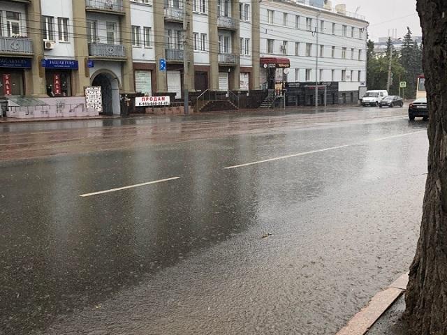 После ливня в Челябинске затопленными оказались дороги и тротуары