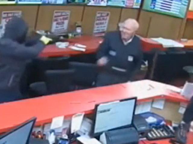 Видео дня: 83-летний дедуля технично навалял троим вооруженным грабителям