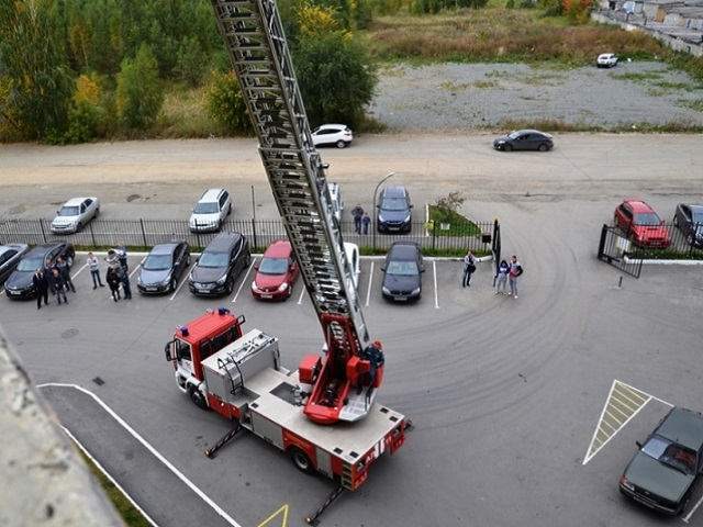 Челябинским пожарным удалось эвакуировать только 40 из 500 жителей 26-этажного дома