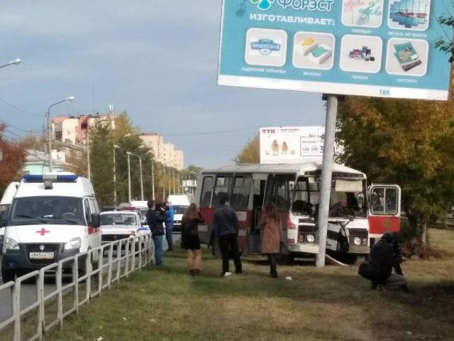 В Челябинской области маршрутный автобус с пассажирами протаранил рекламную опору