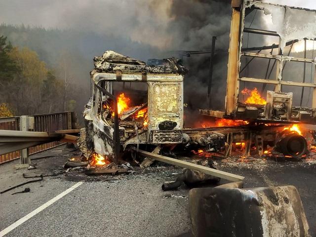 На трассе в Челябинской области дотла выгорела фура