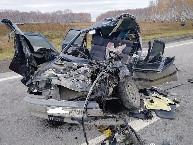 Водитель легковушки чудом выжил после столкновения с грузовиком на южноуральской трассе