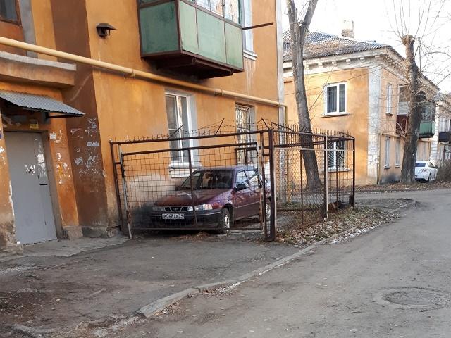 Челябинец соорудил персональную парковку под окнами дома