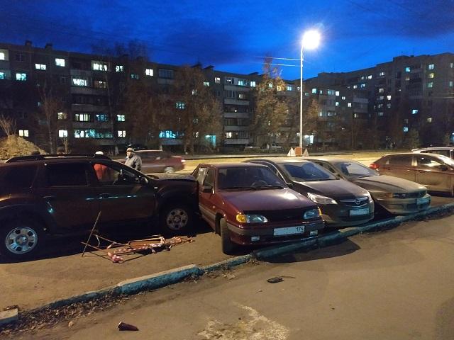 В Челябинске водитель кроссовера повредил три припаркованных автомобиля