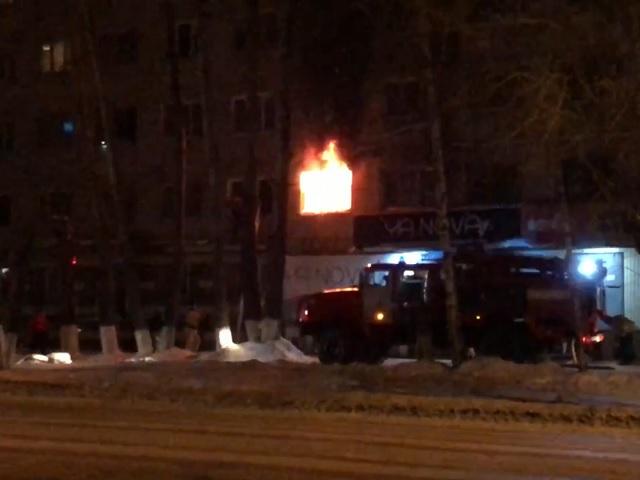 В Челябинской области из горящего общежития эвакуировали 18 человек (видео)
