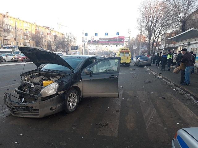 Увезли на «скорой»: в Челябинске водитель иномарки сбил двух женщин на остановке