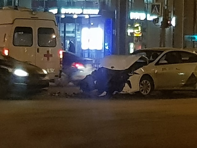 На Южном Урале автомобиль такси протаранил «скорую»: пострадала 19-летняя пассажирка