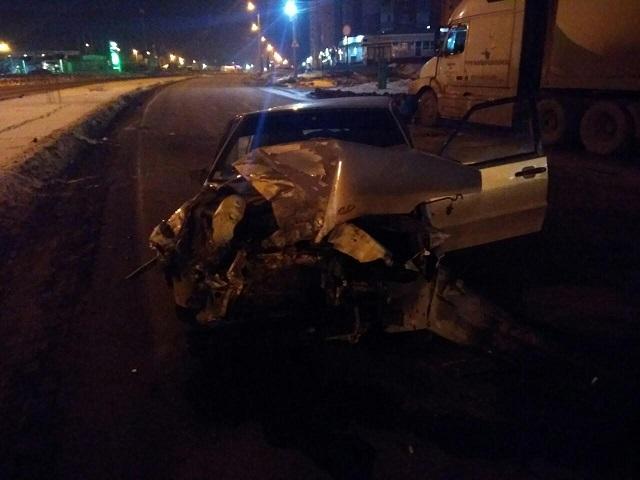 «Пытается встать и уйти»: в Челябинске нетрезвый водитель «ВАЗа» протаранил фуру