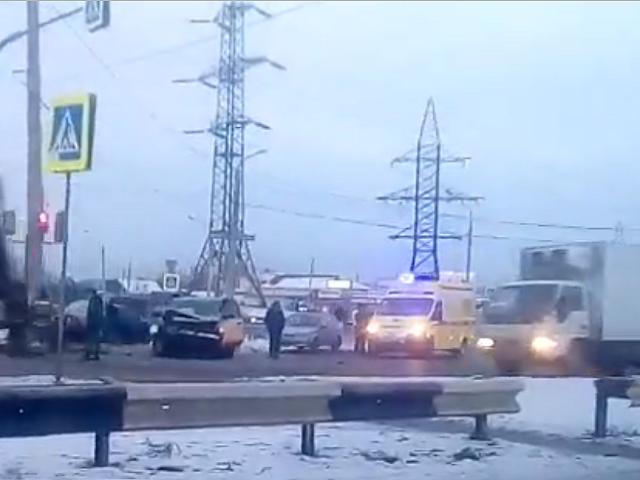 В Челябинске Mercedes и Range Rover не смогли поделить дорогу