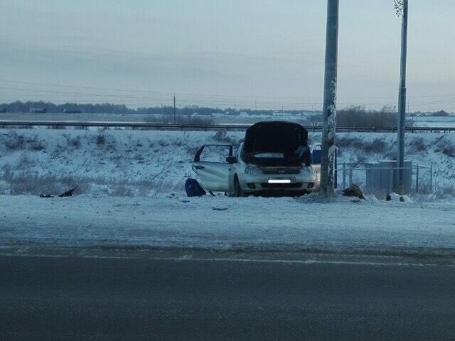 Три женщины скончались после столкновения легковушки с электроопорой в Челябинской области