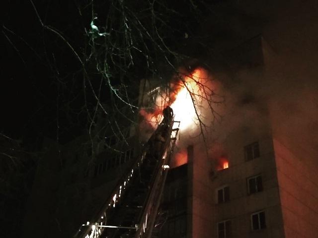 Челябинские пожарные эвакуировали 20 человек из горящей многоэтажки