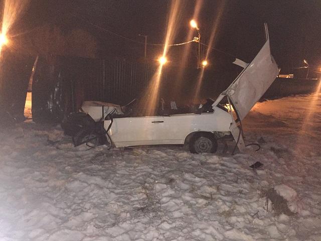 В Миассе нетрезвого водителя зажало в салоне после столкновения с забором