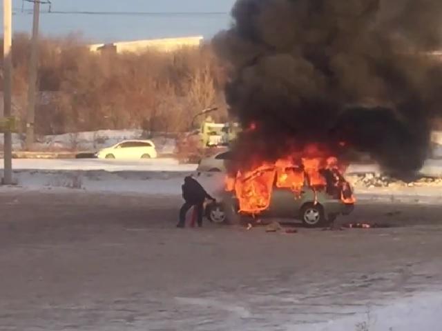 В Магнитогорске автомобиль выгорел на парковке ТЦ (видео)
