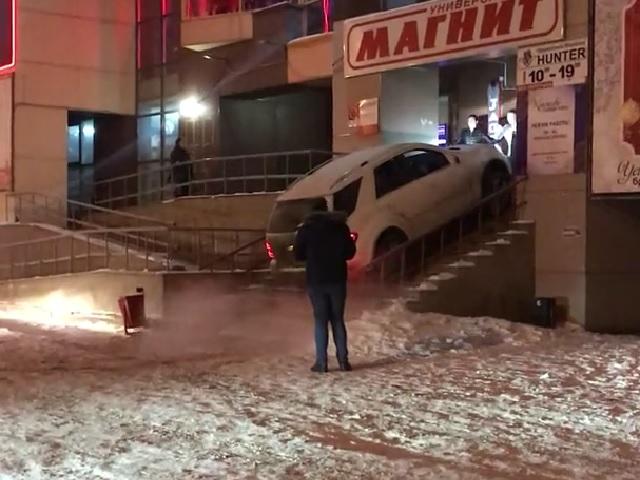 Сказочный хулиган: на Южном Урале водитель Mercedes пытался заехать в бар по ступенькам (видео)