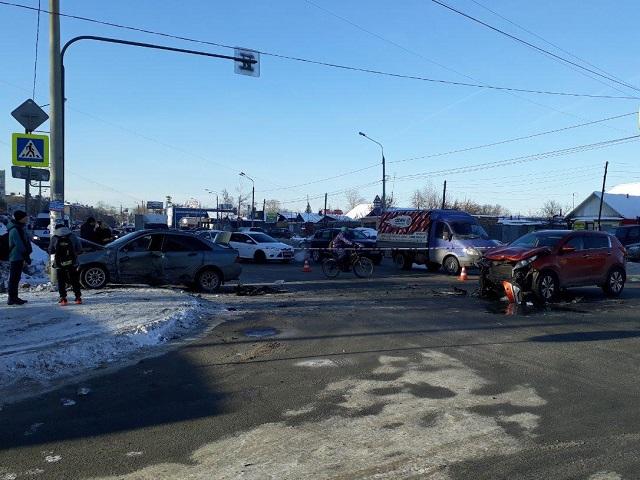 Водителя иномарки увезли на скорой после ДТП на перекрестке в Челябинске