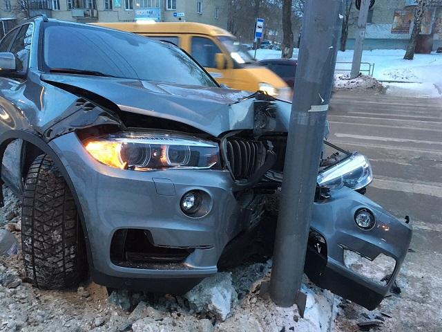 В Миассе водитель немецкого кроссовера протаранил столб