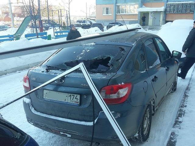 В Челябинске упавшая балконная створка пробила стекло автомобиля