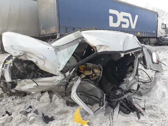 Один погиб, трое тяжело ранены: на М-5 легковушку с пассажирами смяло фурами
