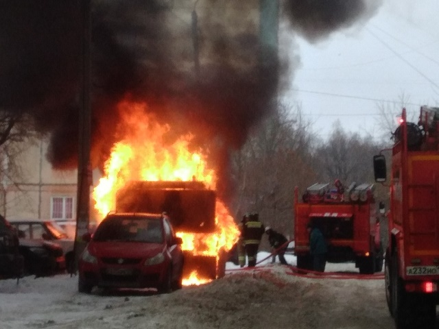 В Челябинске около жилого дома сгорел экскаватор
