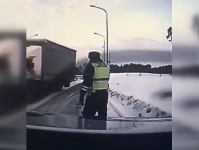 На Урале полицейский чудом увернулся от летящей на него фуры