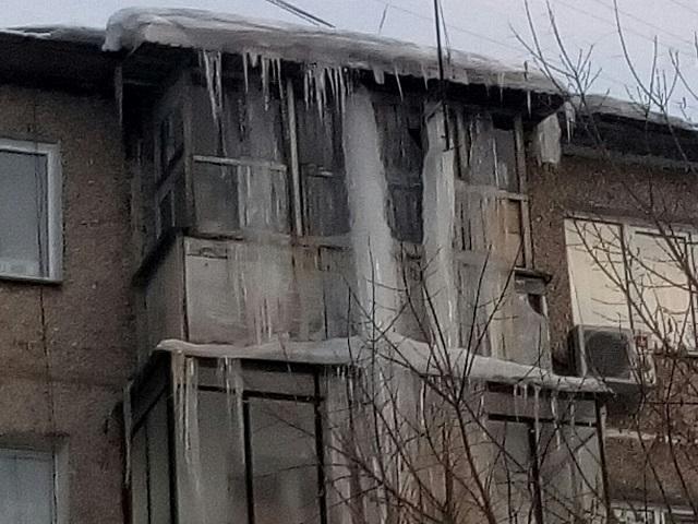 «Двухэтажная» сосулька пугает жителей Челябинска
