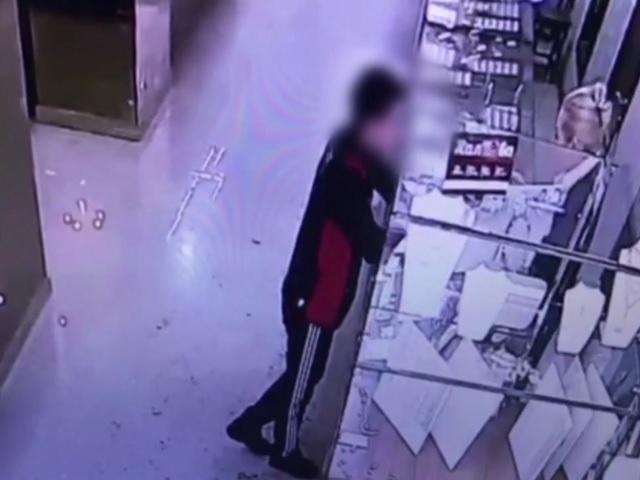 Ограбление ювелирного магазина 16-летним южноуральцем попало на видео