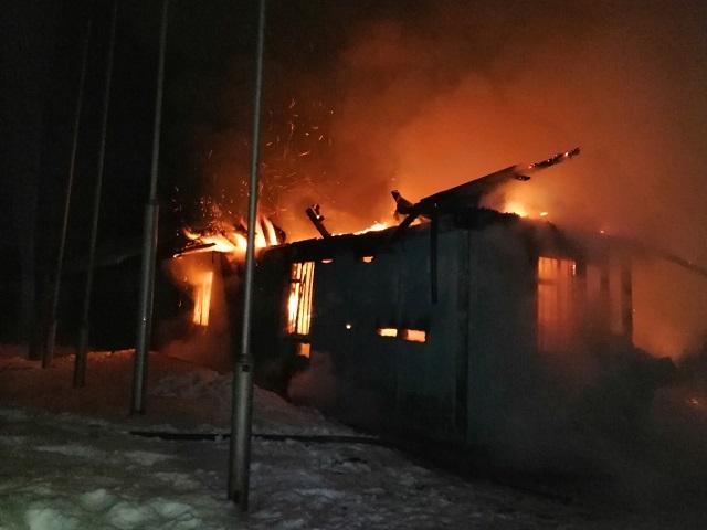 В Златоусте тушили пожар в лыжно-биатлонном комплексе
