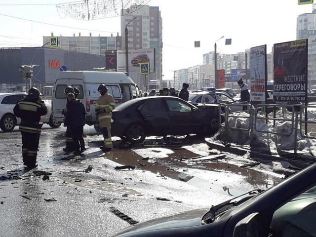 Момент жёсткого ДТП на перекрёстке в Челябинске попал на видео