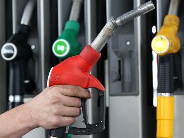 Правительство РФ планирует заморозить цены на бензин еще на три месяца