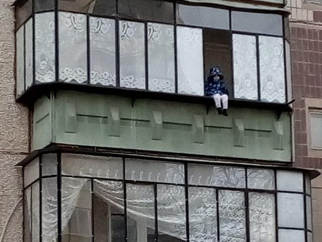 Пользователей соцсетей шокировал ребенок, сидящий на балконе многоэтажки в Миассе