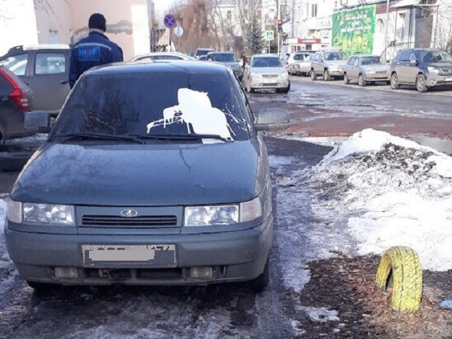 В Челябинской области облили краской припаркованные во дворе автомобили